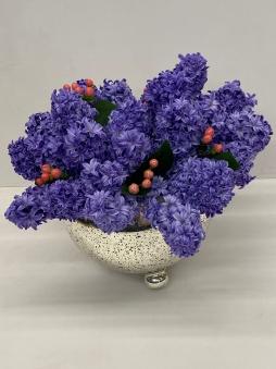 Gümüş kaplama vazoda mor sümbüller