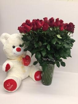 Peluş ayı vazoda kırmızı güller